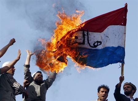 Musulmans afghans brûlant le drapeau desPays-Bas