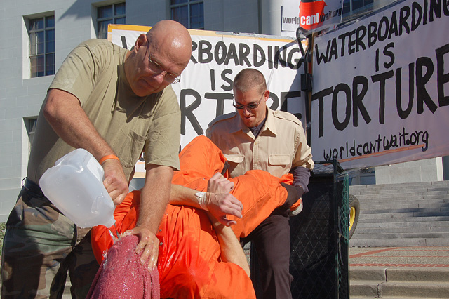 http://ledeblogueur.files.wordpress.com/2008/03/simulation-de-waterboarding.jpg