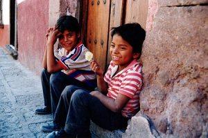 Deux enfants dans une rue au Mexique