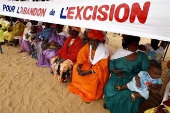 Des femmes lors d\'une manifestation contre l\'excision, le 5 août 2007 à Malicounda Babara, au Sénégal