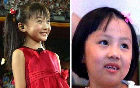 À gauche Lin Miaoke, celle qui a chanté en playback et à droite sa soeur, Yang Peiyi la véritable chanteuse